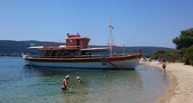 8bf8d84b5b A hajókirándulás először egy lakatlan szigetre vezetett. Keskeny part, a  vízben sziklák, tengeri sünök. A többi bokros, járhatatlan dombocska.