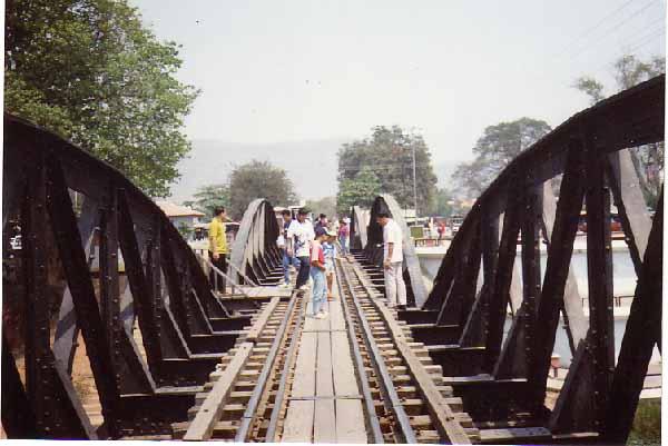 6d433b71c5 A Kwai-folyó hídja Thaiföldön. Ennek is van már vagy 15 éve. Mármint hogy  ott jártam. Odaát, a túloldalon felültem egy elefántra applikált, kényelmes  székbe ...